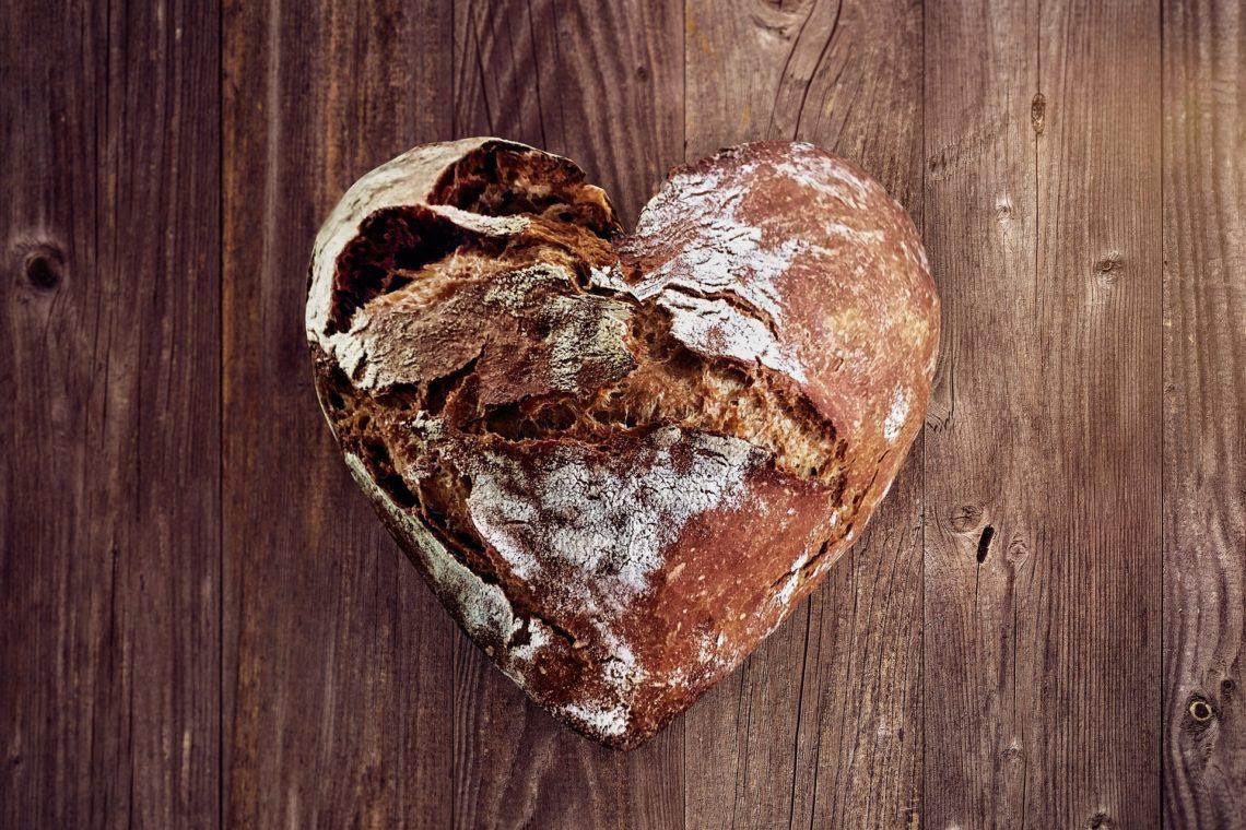 Chleb w kształcie serca na drewnianym biurku