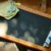 Czarna biurkowa tablica z kredą, drewniane obramowanie