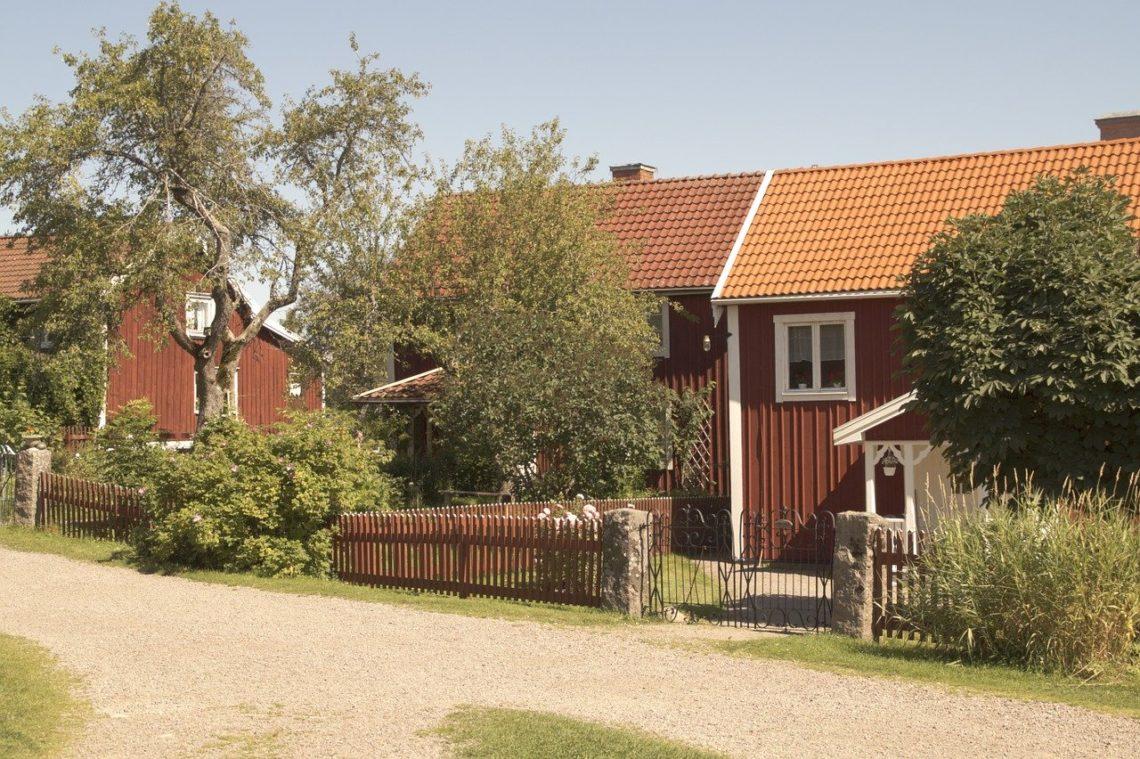 Wiejska uliczka z domami w Szwecji gdzie mieszkały dzieci z Bullerbyn