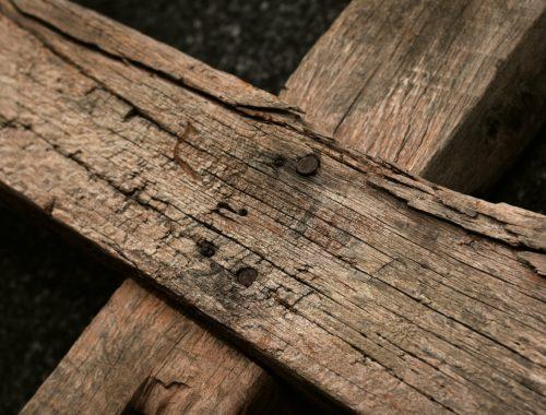 Drewniany Krzyż prowadzący przez Wielki Post